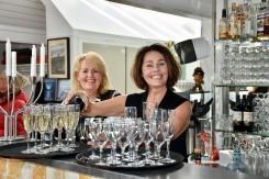 Champagne på Mobryggja ved udstillingsåbning